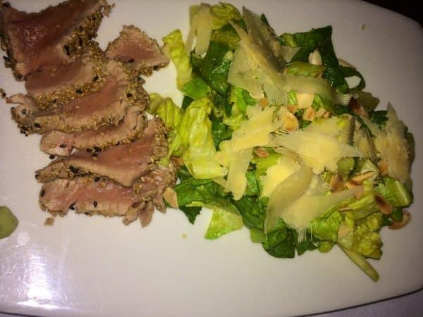 atum com gergelim e salada com tropical