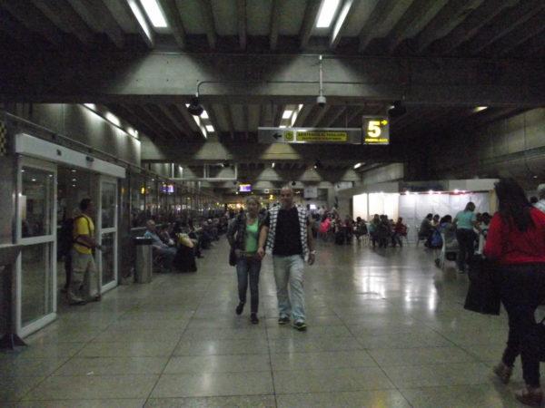 corredor central do aeroporto internacional