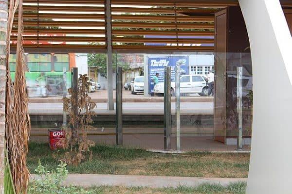 A Locadora fica depois do estacionamento do aeroporto