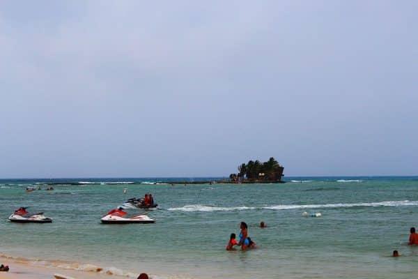 Ilha Rocky Cay ao fundo
