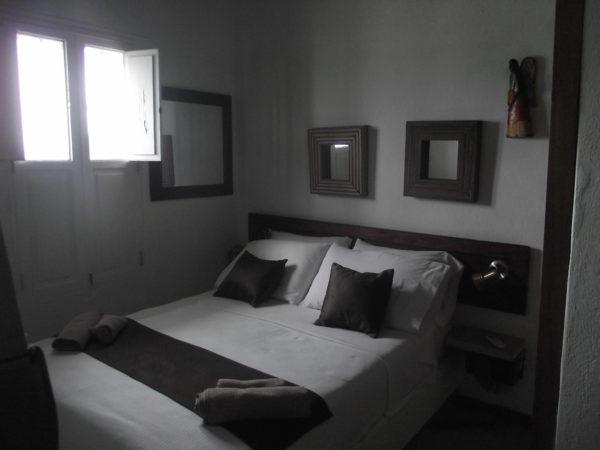 quarto pequeno e bem arejado.