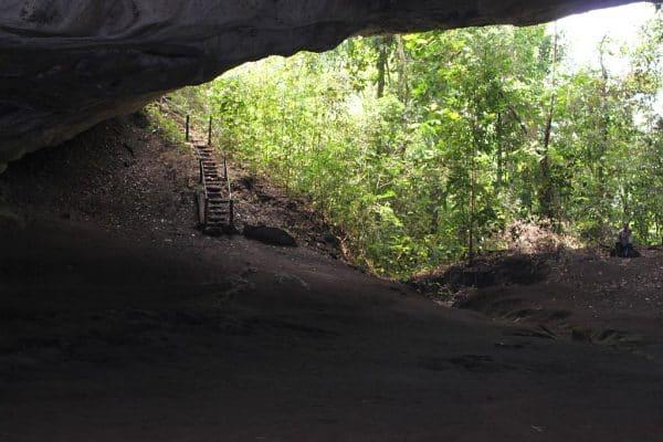Vista da boca da caverna.A esquerda tem a escadinha que vamos subir para contornar a caverna.